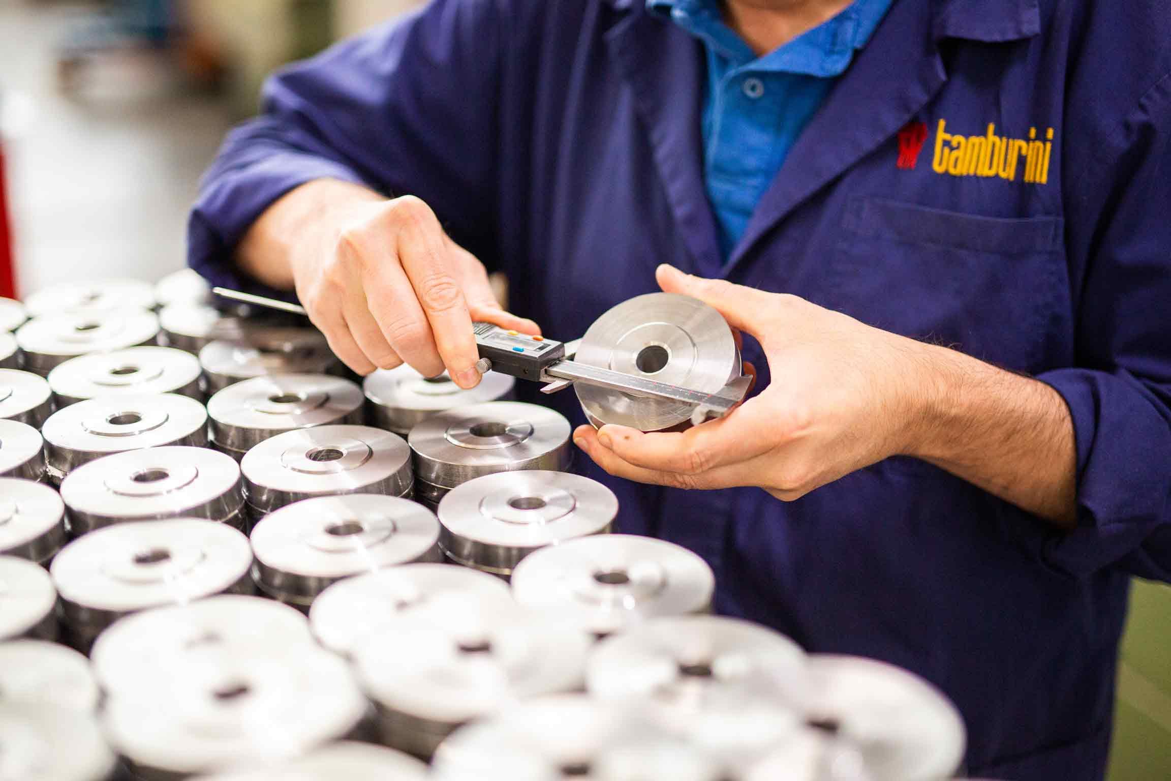 Uomo con calibro esegue un controllo qualità sugli utensili speciali Tamburini