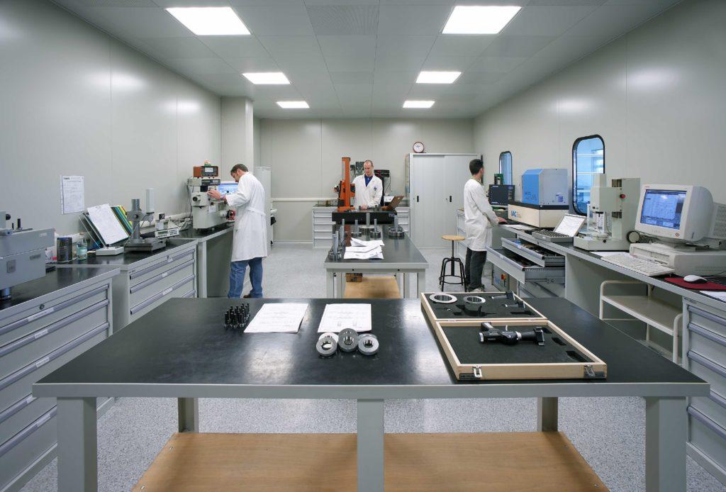 Vista del laboratorio metrologico Tamburini con tecnici al lavoro